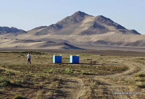 Mongoli,a toilette di fortuna nella steppa