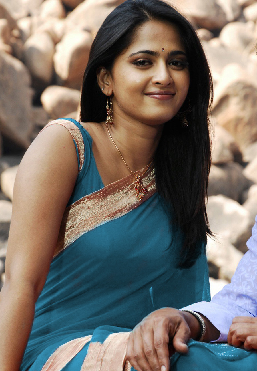 anushka shetty cute smile stills in saree - film actress