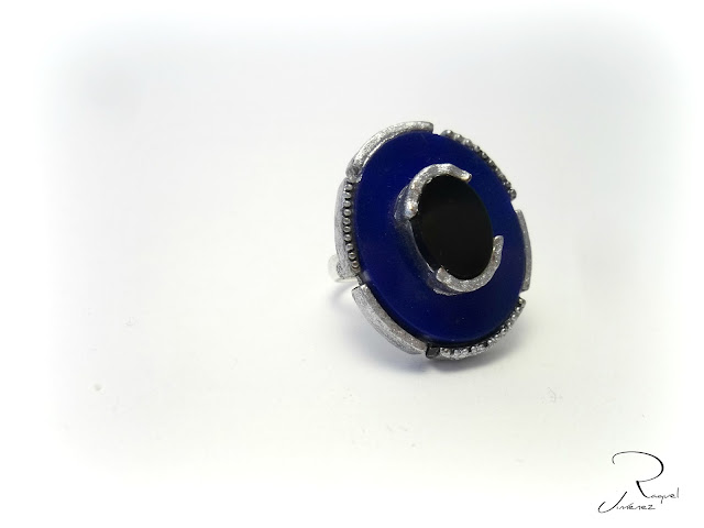 anillo azul y nego