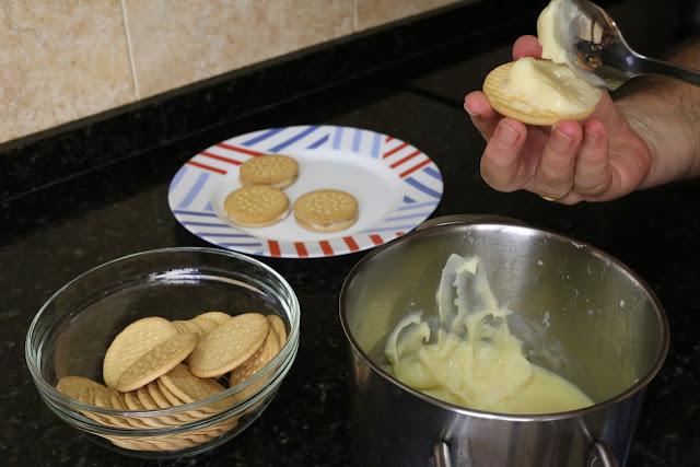 Preparación de galletas fritas rellenas de crema