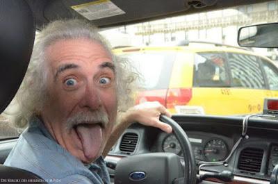 Lustiger Albert Einstein Doppelgänger beim Auto fahren - Spassbild Stau
