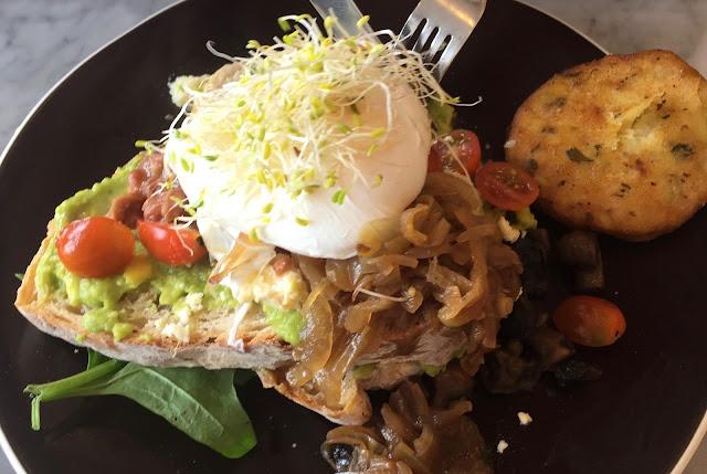 glutenfreier Breakfast Criminal im Cafe Organic Seminyak Bali
