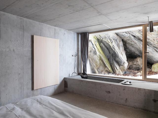 бетонная ванная с большим окном