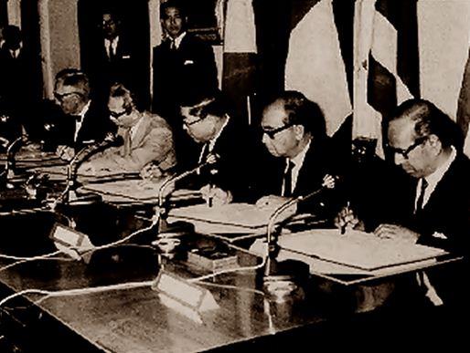 Penandatanganan Piagam Deklarasi Bangkok oleh lima Menteri Luar Negeri ASEAN