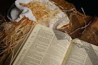 paglia libro vangelo presepe natale gesù bambino prologo giovanni