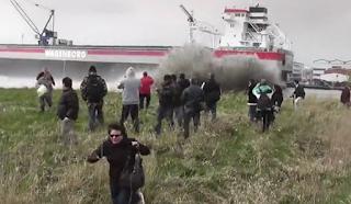 Καθέλκυση πλοίου τους έκανε όλους να τρέχουν (Βίντεο)