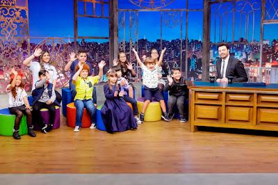 As crianças do Leite Show e Danilo (Crédito: Gabriel Cardoso/SBT)