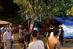 Tabrak Warung, Mobil Honda Jazz Nyaris Dibakar Warga