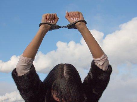 Perempuan Tersangka, Tebang Pilih dan Eksploitase Dalam Kasus FH