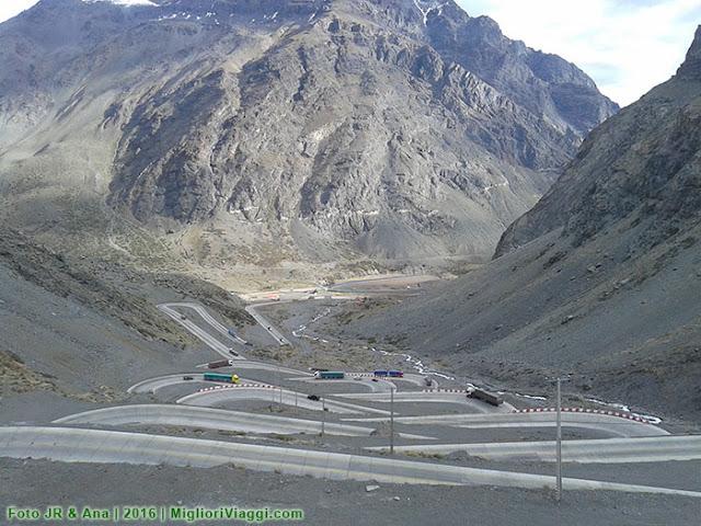 Estrada sinuosa na cordilheira dos Andes liga Chile a Argentina