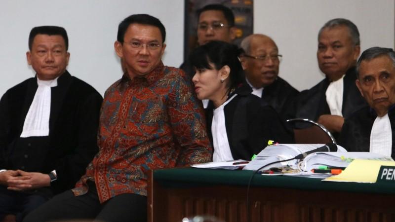 Ahok bersama pengacaranya di sidang ke-8 kasus penodaan agama