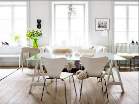 mesa com tampo de vidro e pés de cavalete de madeira