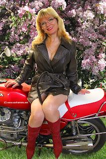 Viivi, nahkatakki, nahkahame, korkosaappaat, moottoripyörä, Honda, CX 500, sexy
