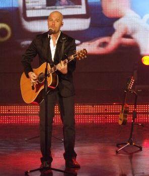 Foto de Gian Marco cantando con su guitarra