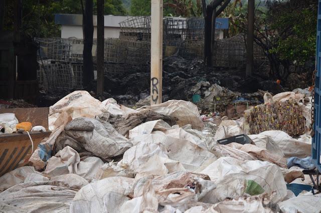 incêndio destrói materiais recicláveis que estavam em uma fábrica de tubos de PVC em Cacoal