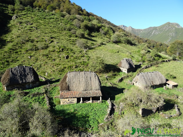 Ruta al Cornón por el Valle los Cereizales: Teitos en la braña de la Pornacal