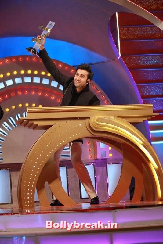 Ranbir Kapoor with his trophy in 2013, Zee Cine Awards 2011-2013 Pics