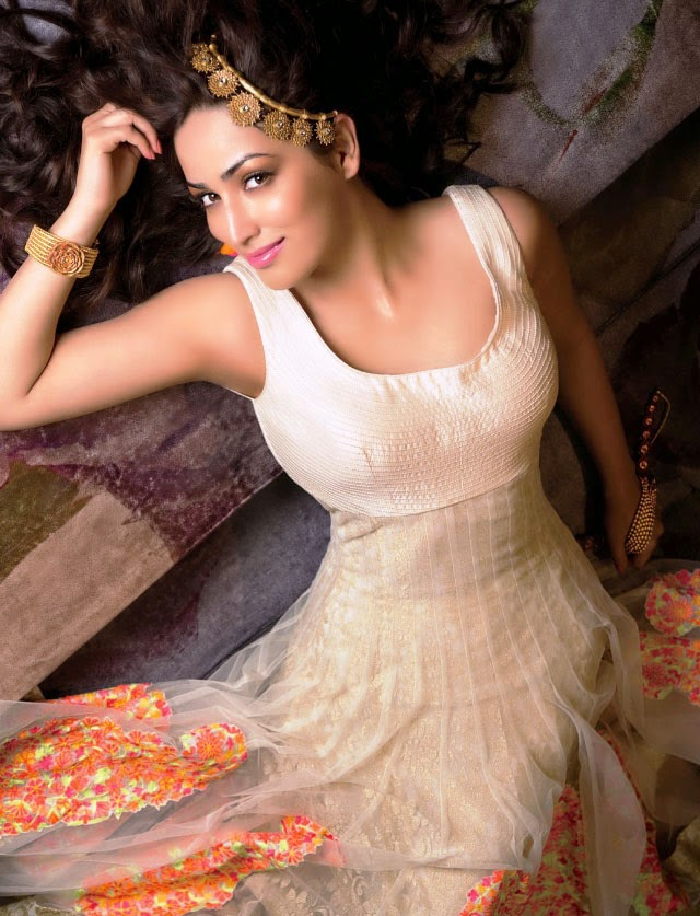 yami-gautam-in-sleevless-white-jali-anarkali-suit