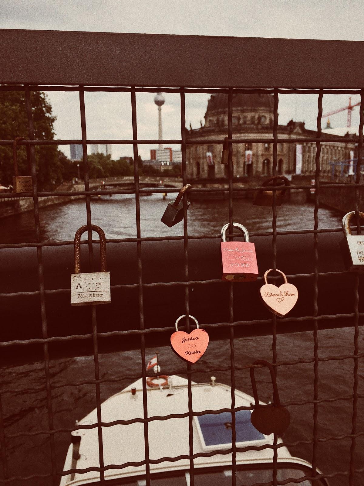 Kłódki nad mostem w Berlinie
