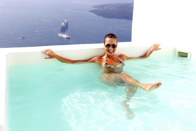 Luxury hotels in Santorini with jacuzzi and prvite pools