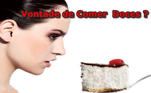 Mulher Olhando para um Pedaço de bolo na colher