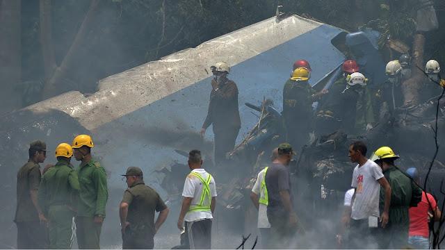 Bombeiros trabalham no local do acidente após a queda do avião em Cuba (Imagem: Reprodução/Yamil Lage/AFP)