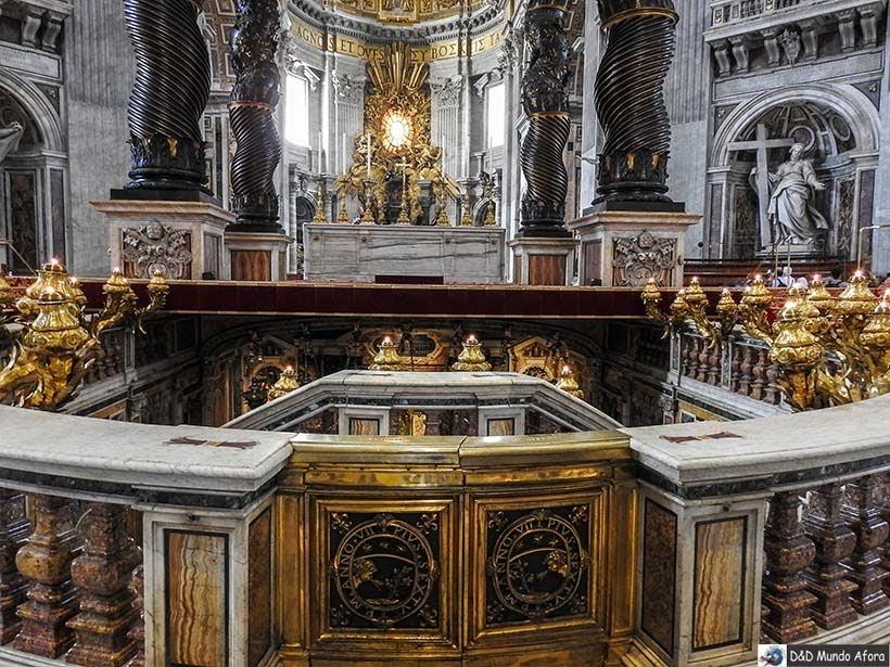 Altar sobre o túmulo de São Pedro na Basílica - O que fazer no Vaticano