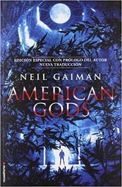 Portada de la novela American Gods, de Neil Gaiman, donde se ve un bosque de noche, en un fondo azul y una luna arriba.