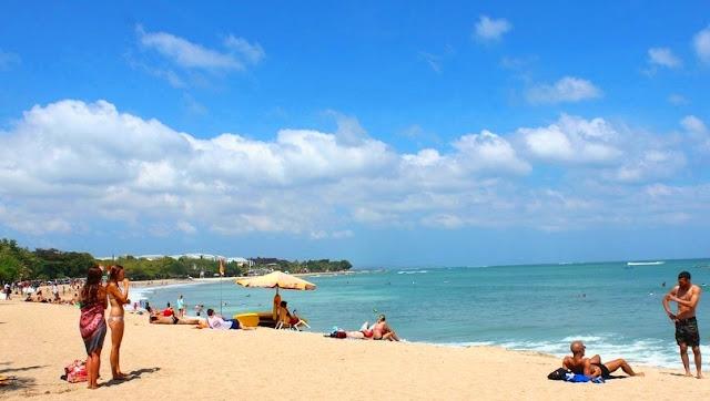 Bule-bule Seksi Pakai Bikini di Pantai Kuta Bali