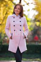 Palton elegant roz pudra cu detalii din piele ecologica neagra