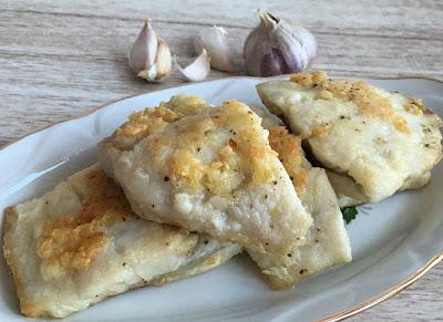 Kawałki ryby smażone z czosnkiem