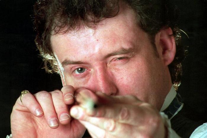 Il campione di Snooker Jimmy White controlla la linea della sua stecca