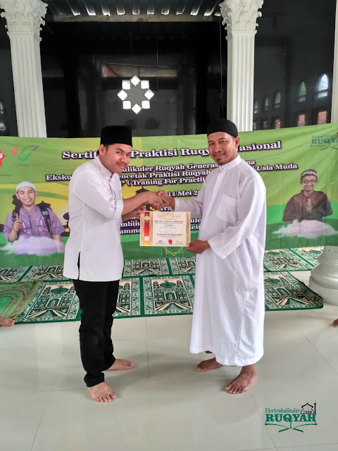 Penyerahan sertifikat profesi praktisi ruqyah nasional untuk Heru Nurkhairi, P.QHi
