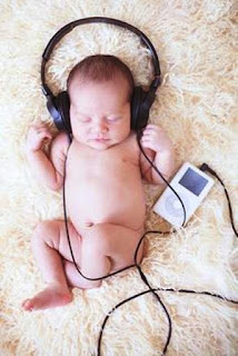 Foto gambar bayi lucu mendengarkan musik 29