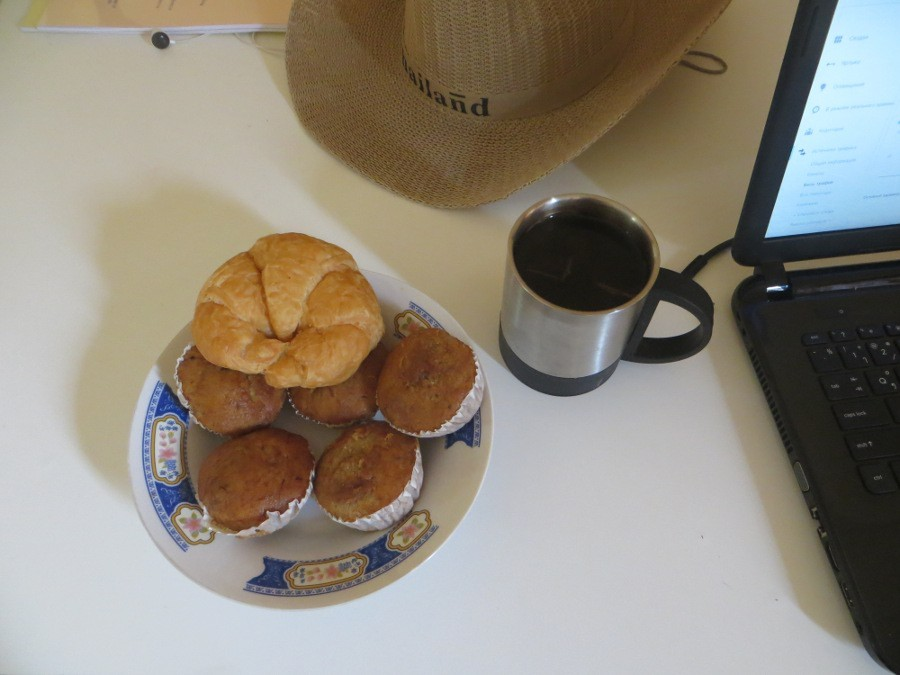 Круассаны и кексы на столе