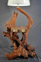mesa de luz con madera natural tronco