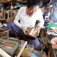 銅の薬缶を修理するブリキ職人 修理箇所を特定し鋲を取る