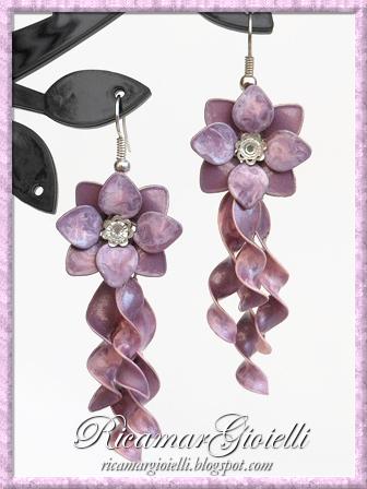 Orecchini a fiore con strass e spirali realizzati con gli smalti per unghie