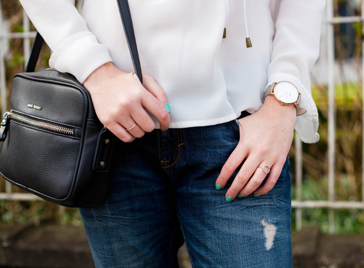 outfit: cross body bag, boyfriend jeans