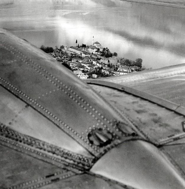 Τα Γιάννενα μέσα από αεροφωτογραφία της δεκαετίας του '60,του Άγγελου Καλογερίδη