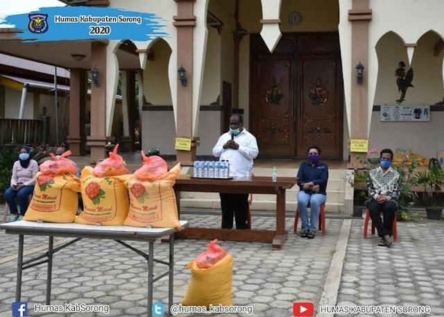 Johny Kamuru Beri Bantuan Sembako kepada Para Tokoh Agama di Sorong