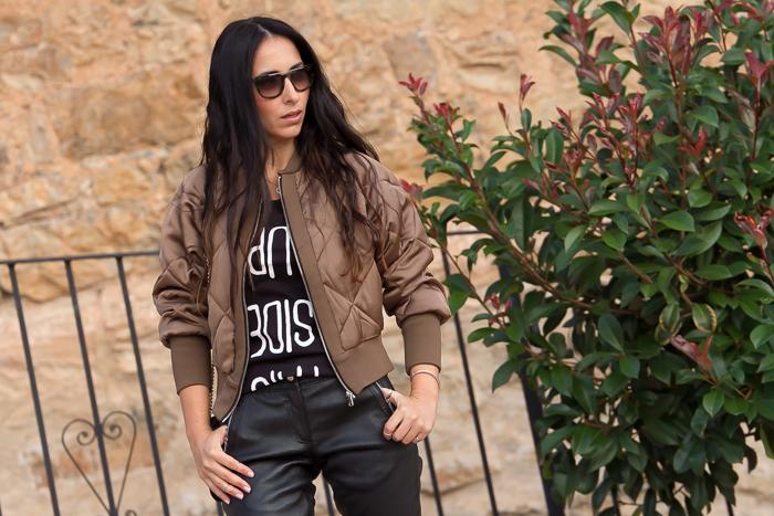 blogger que utiliza ropa de cuero