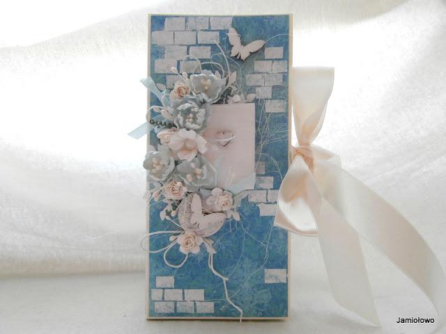 niebieski czekoladownik z kwiatami