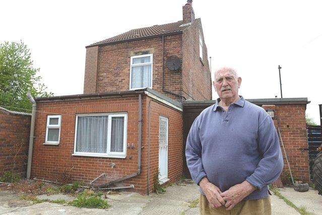 Gobierno no ha podido desalojar de su casa a este abuelo testarudo; su esposa murió