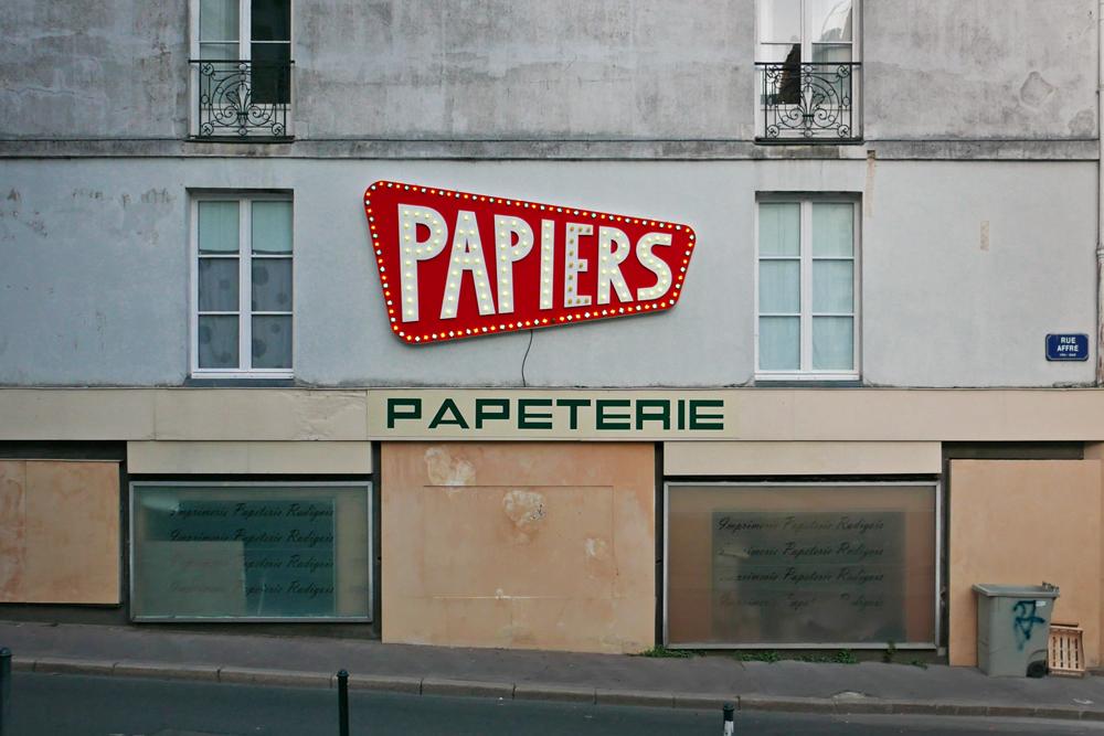 Enseigne lumineuse à Nantes. Situé sur une place où il n'y a que des papeteries, elle clignote et indique le mot papier.