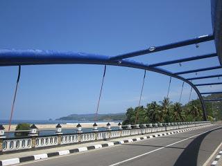 Jembatan biru di pantai Soge, Pacitan.