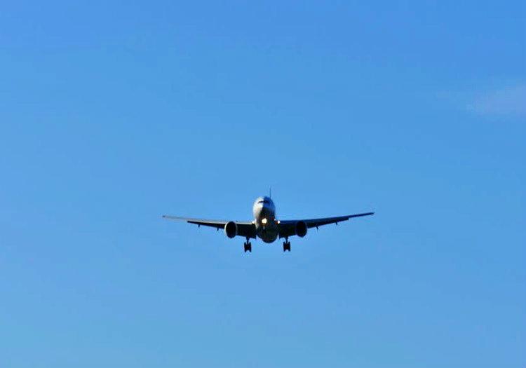 Alçalan uçak uzaktan bakıldığında normal boyutlarının onda biri kadar görünür.