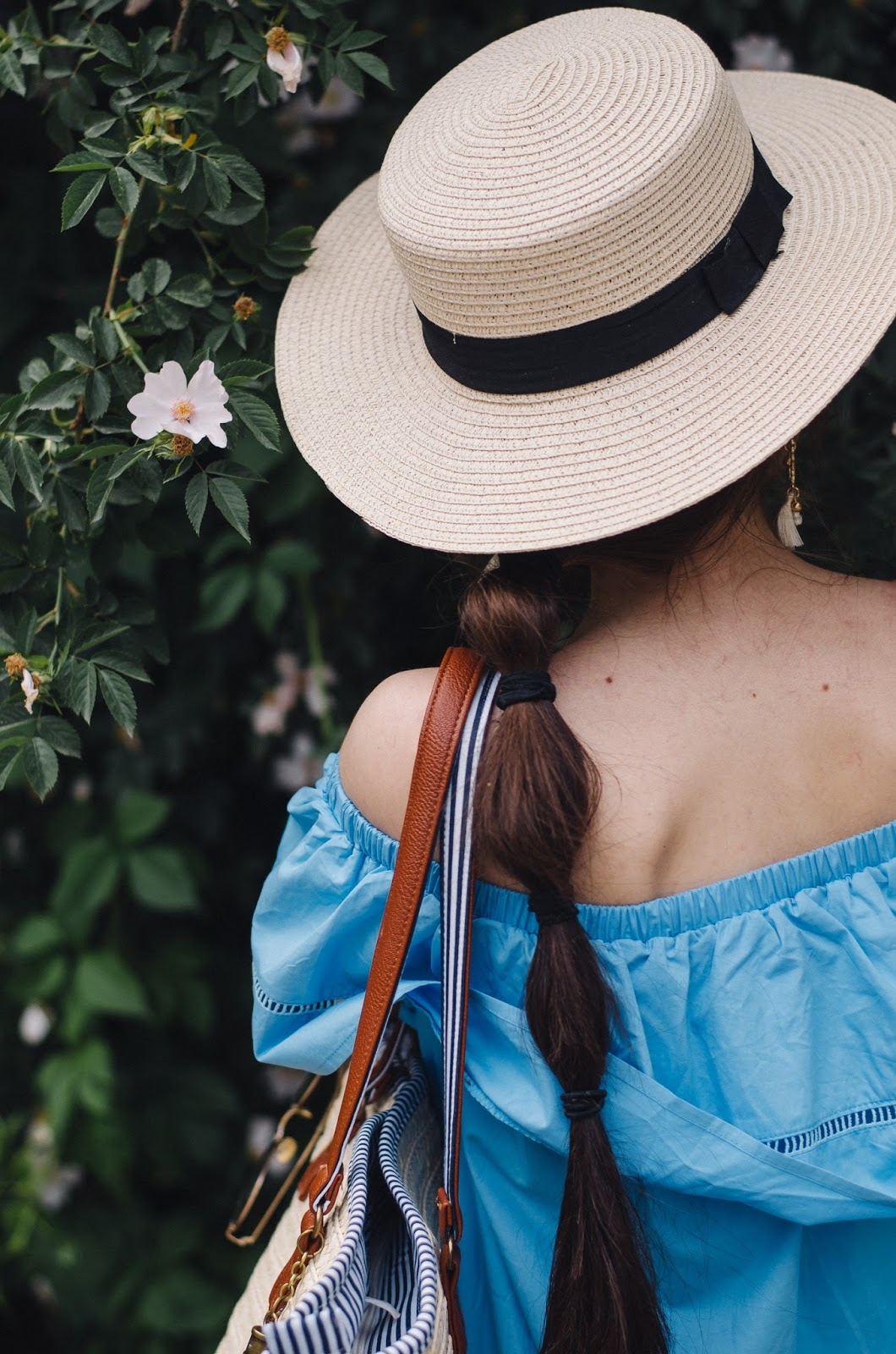 fashion blogger diyrasnotes diyora beta oversized dress offshouldersdress blue straw hat straw bag shopper bag mules white