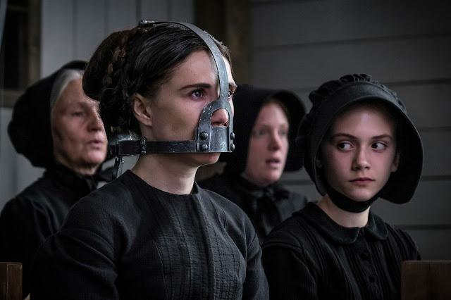 La femme du pasteur (avez-vous reconnu Carice Van Houten, la Mélisandre de Game of Thrones ?) est muselée dans Brimstone