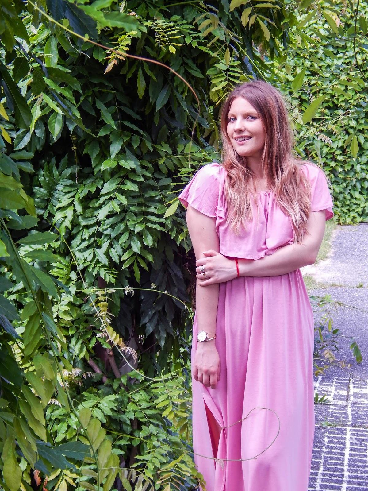 17 długa sukienka maxi hiszpanka wakacyjna stylizacja sandały z pomponami kolorowymi beżowa torba kolorowe buty na lato dziewczęce stylizacje